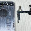 iPhone SE(初代)のパワー・ボリューム・マナーフレックスケーブルを外す方法